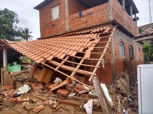 Tromba d'água destruiu 42 casas e atingiu outras 73 em distrito de Resplendor (Foto: Zana Ferreira/G1)