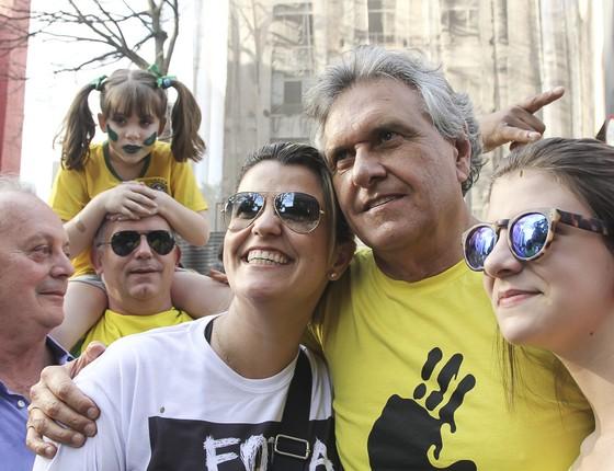 Protesto contra o Governo da Presidente Dilma Rousseff parou a av Paulista na tarde deste domingo 16 de agosto. O Senador Ronaldo Caiado DEM GO é parado por manifestantes que tiraram muitas fotos com o político. (Foto: Rogério Canella/ÉPOCA)
