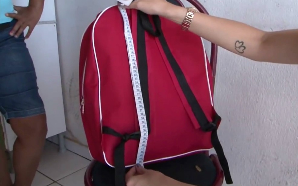 Mochilas entregues aos alunos medem 45 cm (Foto: Reprodução/TV Sudoeste)