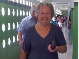 Eleitora idosa chegando para votar em candidato em Eldorado (Foto: Anna Gabriela Ribeiro/G1)