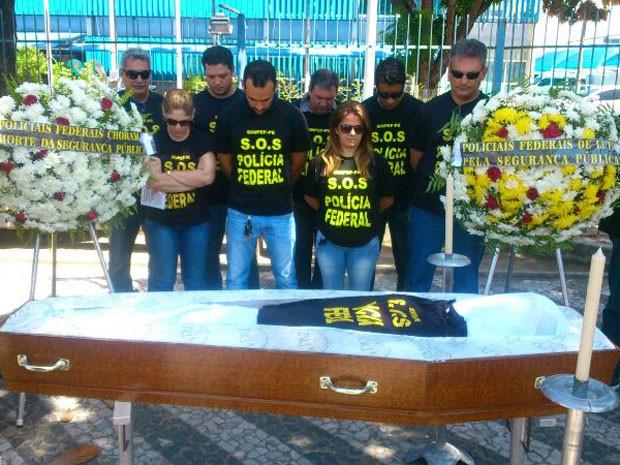 Policiais simulam enterro durante protesto no Recife (Foto: Jaelson Abreu/TV Globo)
