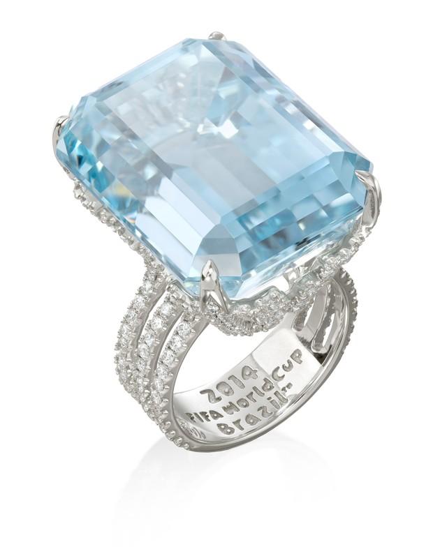 Marina Ruy Barbosa usa anel com pedra de água marinha e diamante avaliada em R$ 210 mil (Foto: Divulgação)
