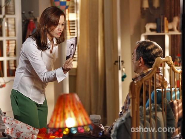 Helena se enfurece com Virgílio após a calma do marido (Foto: Em Família/ TV Globo)