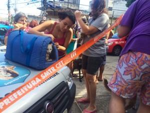 Preocupada, uma moradora saiu de casa e levou o bichinho de estimação (Foto: Cristiane Cardoso/G1)
