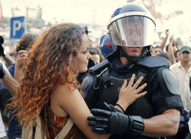 Cerca de 100 manifestantes protestam neste sábado (15) nas ruas de Lisboa, e milhares em outras cidades de Portugal, contra o plano de austeridade imposto pela Uniao Europeia (Foto: Jose Manuel Ribeiro/Reuters)