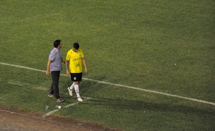 Kaio Wilker deixa o campo para a entrada de Evair no Ypiranga. Time empatou com o Caxias e foi rebaixado para a Divisão de Acesso do Gauchão 2017 (Foto: Ypiranga Futebol Clube / Reprodução / Facebook)