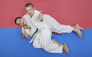 Atividades extracurriculares em excesso atrapalham o desenvolvimento das crianças lutando judô