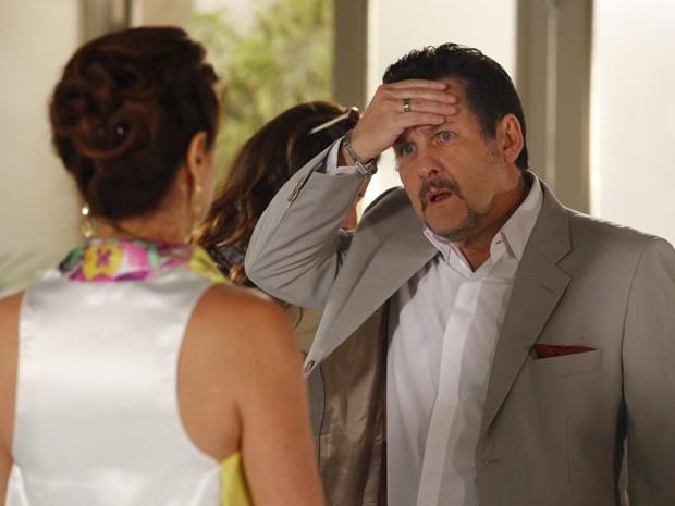 Mustafá fica passado ao saber que foi engado por Berna (Foto: Salve Jorge/TV Globo)