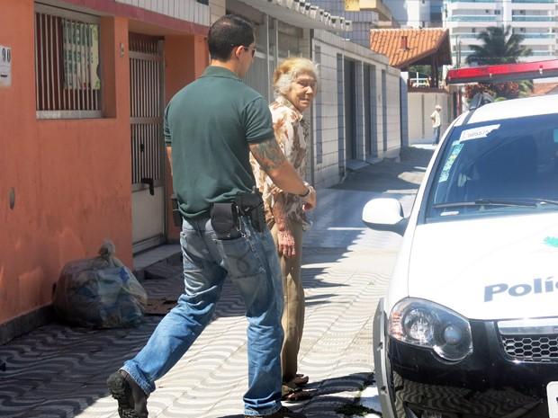 Idosa de 80 anos foi levada para a delegacia, mas liberada em seguida (Foto: Jéssica Bitencourt/G1)