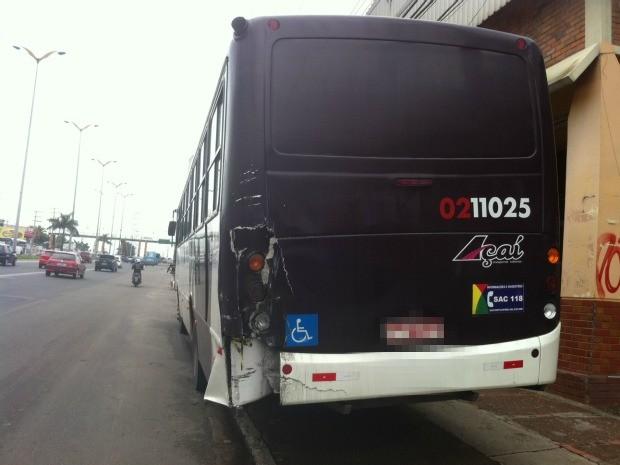 Lado esquerdo da parte traseira do ônibus ficou danificada com a colisão (Foto: Tiago Melo/G1 AM)