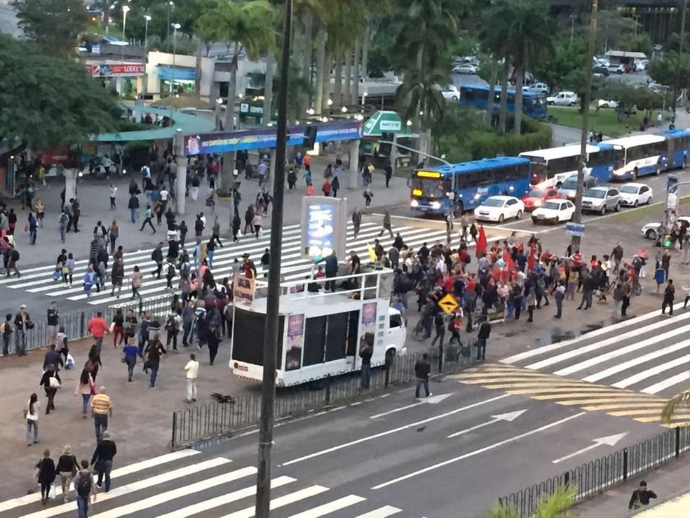 Em Florianópolis, manifestação ocorre em frente ao Ticen (Foto: Kíria Meurer/RBS TV)