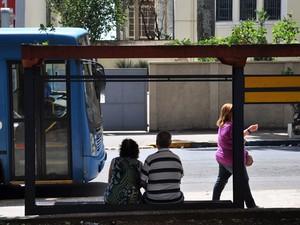 Projeto sugere que itinerários fiquem disponíveis dentro dos ônibus (Foto: Vinícius Pacheco/G1)