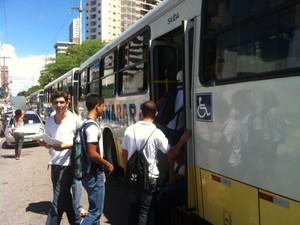 """Manifestantes tentam promover """"roletaço"""" em ônibus de Natal (Foto: Igor Jacomé/G1)"""