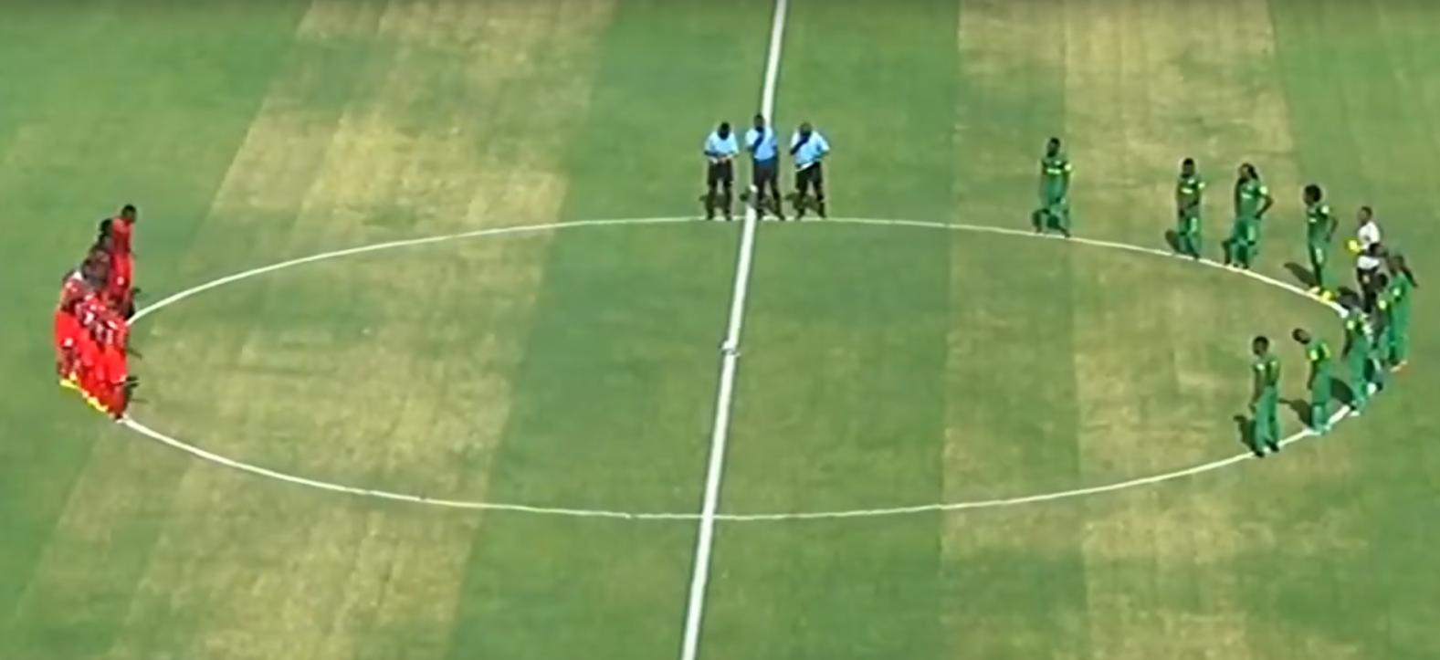O dérbi de Dar es Salaam, que acabou com vitória de 2x1 do Simba SC sobre o Young Africans SC (Foto: Reprodução/Youtube)