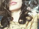 Isis Valverde faz selfie com novo cachorrinho de estimação