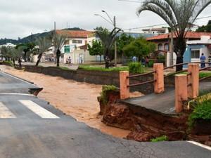 Trecho da Avenida Antonino Dias Bastos, em São Roque, desabou com a força da água (Foto: São Roque Notícias/Divulgação)