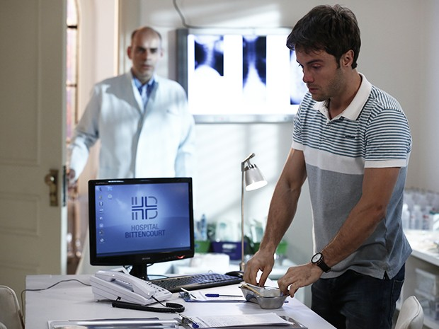 Fernando entra e encontra Israel com os medicamentos nas mãos (Foto: Inácio Moraes/Gshow)