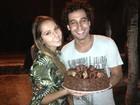 Carol Portaluppi canta parabéns para Rafael Almeida em gravação de clipe