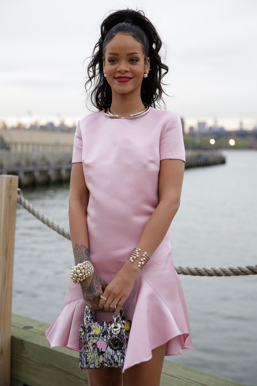 Rihanna com sua bolsa Lady Dior (Foto: Getty Images)