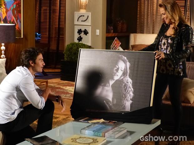 Shirley presenteia Laerte com um quadro com foto dela (Foto: Em Família / TV Globo)