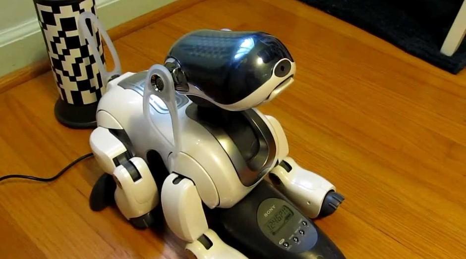 Cão robô da Sony, Aibo (Foto: YouTube)