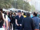 Eddie Redmayne passeia com a filha em Copacabana, no Rio
