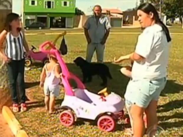 Mães e responsáveis reclamam da falta de vagas na creche do bairro (Foto: Reprodução/TV TEM)