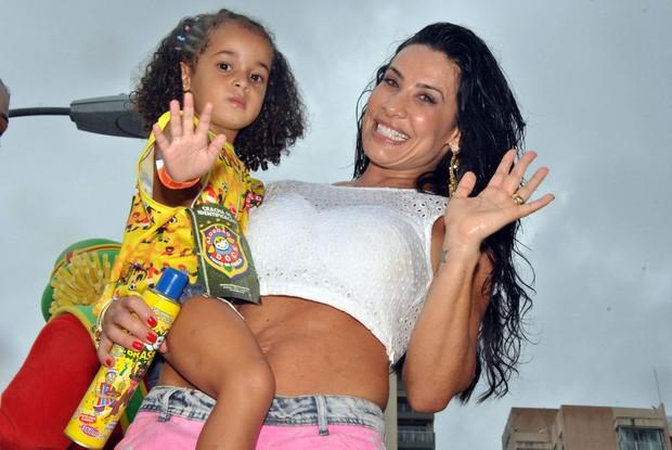 Scheila Carvalho e a filha em Salvador (Foto: Marcelo Machado/Ag Haack)