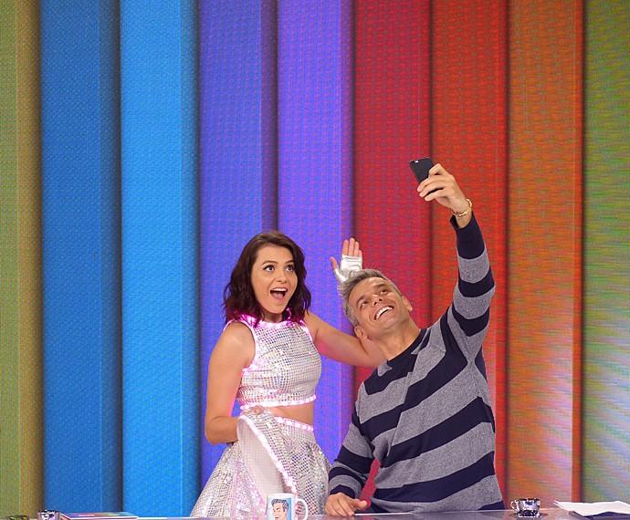 Nos intervalos do programa, Monica Iozzi e Otaviano Costa tiratam selfies (Foto: Cristina Cople / Gshow)