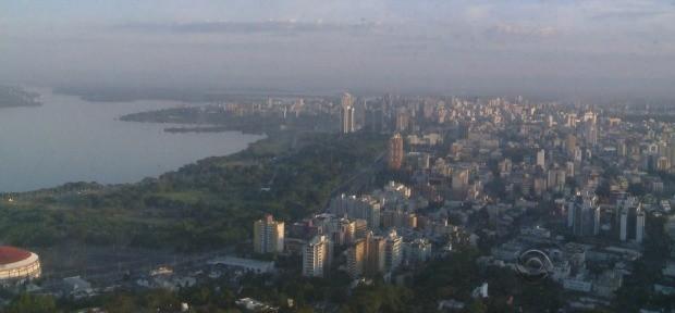 Amanhecer desta quarta-feira (9) em Porto Alegre: chuva chega à tarde (Foto: Reprodução/RBS TV)