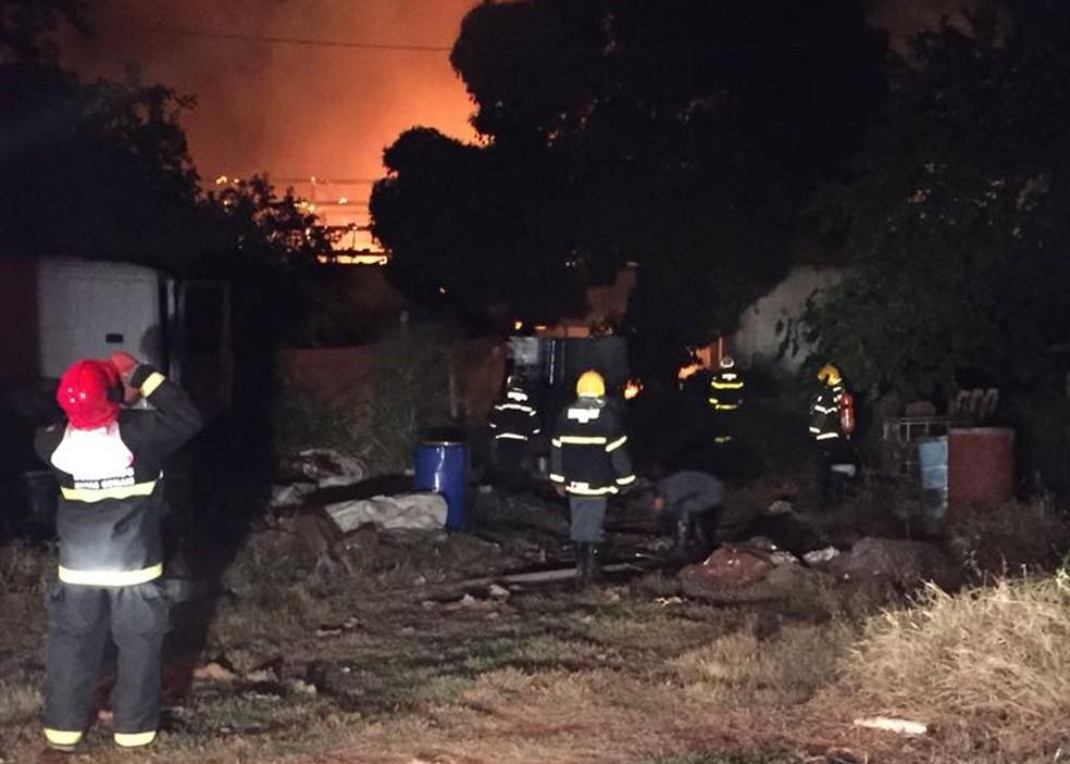 Corpo de Bombeiros durante combate ao incêndio (Foto: Corpo de Bombeiros/Divulgação)