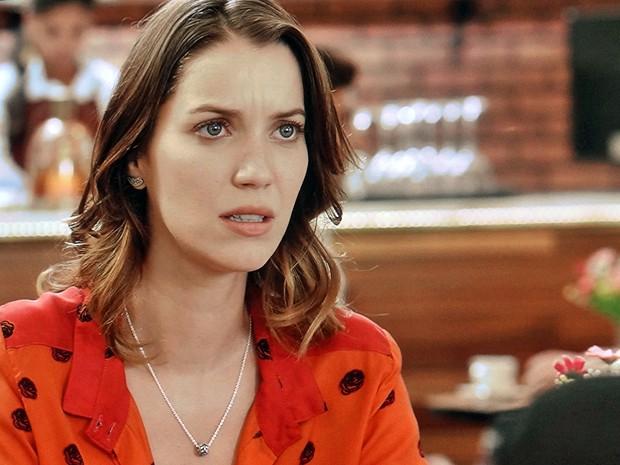 Conversa com Tina deixa Laura encucada (Foto: TV Globo)