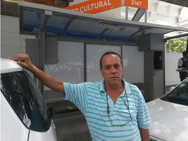 Edivalson no ponto onde foi deixado artefato (Foto: Reprodução/TV Globo)