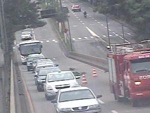 Acidente de trânsito deixa motociclista ferida em Volta Redonda, RJ (Foto: Reprodução/TV Rio Sul)