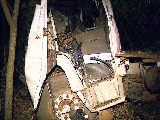Dois motoristas tiveram ferimentos graves por causa da colisão (Foto: Márcio Meireles/ EPTV)