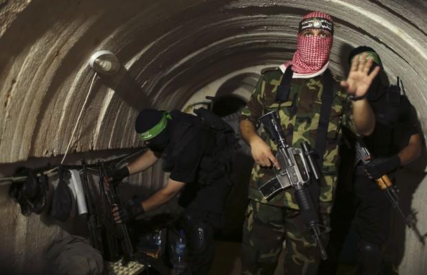 Militantes palestinos das brigadas al-Qassam, braço armado do Hamas, mostram túneis a fotógrafos da Reuters, nesta terça-feira (19) (Foto: Mohammed Salem/Reuters)