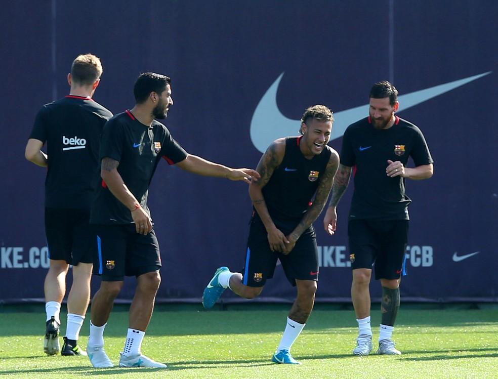 Luis Suárez, Neymar e Messi no treino do Barcelona nesta segunda: clima de descontração  (Foto: Reuters)