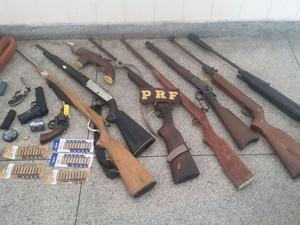 Armas foram apreendidas com falso policial na Bahia (Foto: Divulgação)