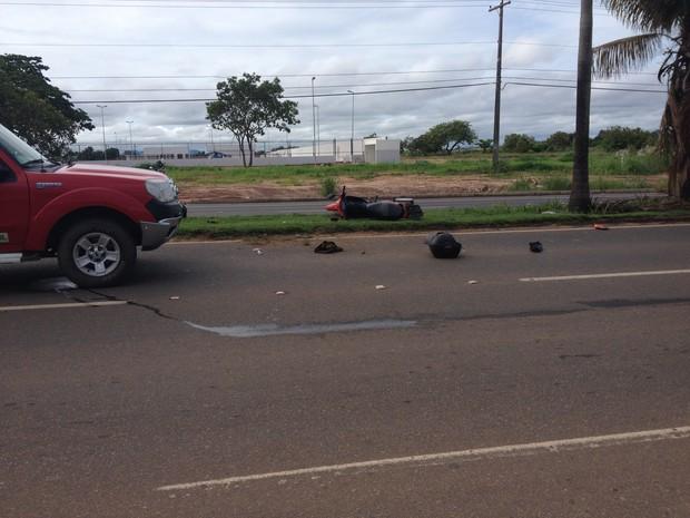 Motociclista morreu no local; passageira foi levada ao hospital em estado grave (Foto: Érico Veríssimo/G1 RR)
