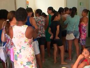 Posto de saúde cheio por conta da procura de vacinas contra febre amarela, em Feira de Santana  (Foto: Imagem/ Tv Subaé)