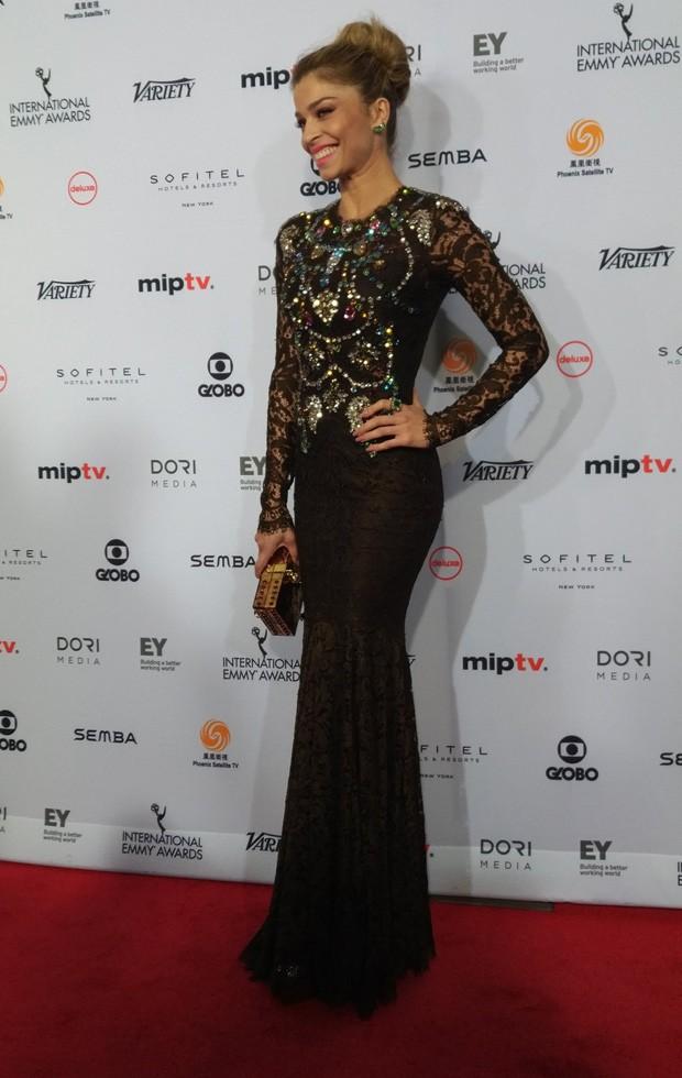 Grazi Massafera posa no tapete vermelho do Emmy Internacional (Foto: Emmy Internacional/Site oficial)