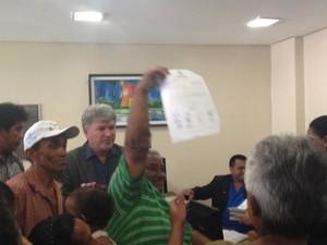 Agricultores protocolaram documento pedindo mais terras na manhã desta terça-feira (Foto: Dyepeson Martins/G1)