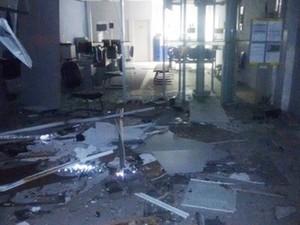 Agência ficou parcialmente destruída com a força da explosão  (Foto: Divulgação/PM)