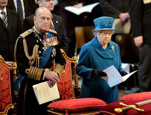 A Rainha Elizabeth II e seu marido, o duque de Edimburgo, participam de cerimônia de comemoração do fim dos 13 anos de operações militares britânicas no Afeganistão nesta sexta-feira (13) em Londres (Foto: John Stillwell/AP)