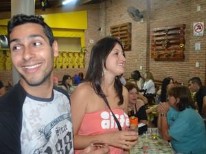 Casal de namorados respeita norma e evita se beijar em bar de São Carlos, SP (Foto: Felipe Turioni/G1)