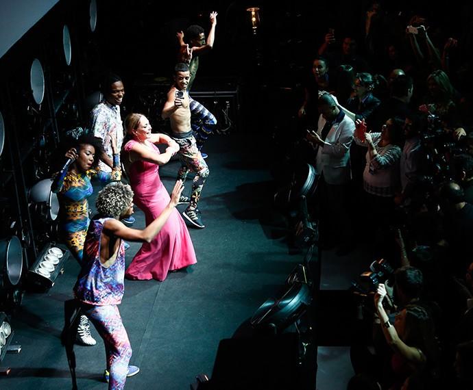 Suzana Vieira vai até o chão com o Dream Team! (Foto: Raphael Dias/Gshow)