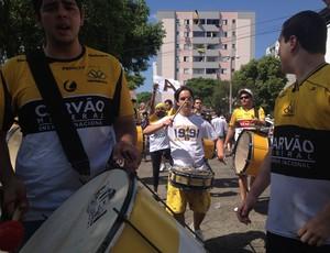 Banda chega ao Heriberto Hülse para animar torcida (Foto: João Lucas Cardoso, globoesporte.com)
