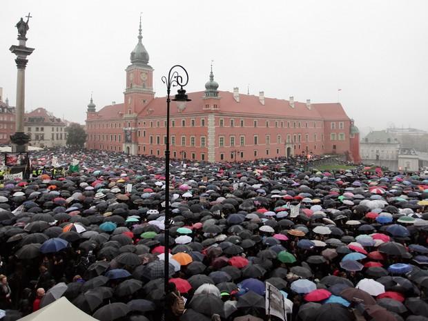 Milhares de pessoas se reúnem nesta segunda-feira (3) em Varsóvia para protestar contra a proibição total do aborto na Polônia (Foto: gencja Gazeta/Slawomir Kaminski/via REUTERS)