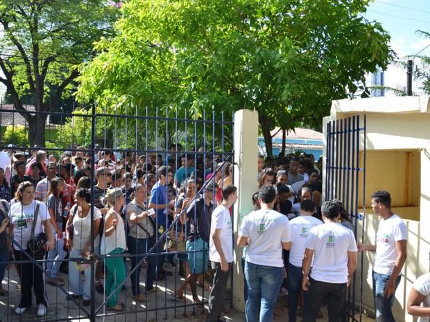 Estudantes aguardam para entrar no local de prova do IFPE (Foto: Divulgação/Carlos Santos/IFPE)