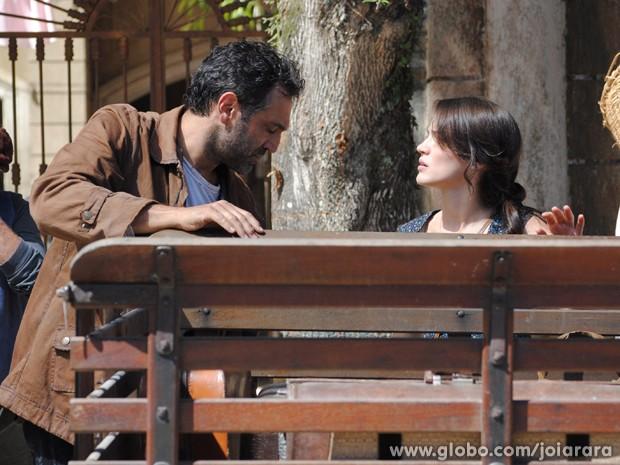 Mundo e Amélia resolvem sair da cidade e ir para Campos (Foto: Joia Rara/ TV Globo)